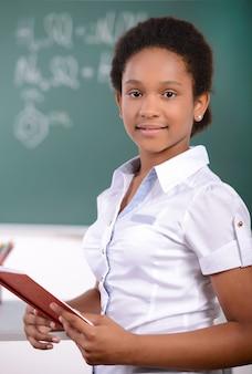 アフリカ系アメリカ人学生が黒板に数学の問題をやっています。