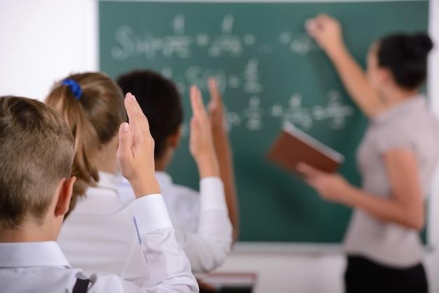 生徒は先生からの質問に答える準備ができています。