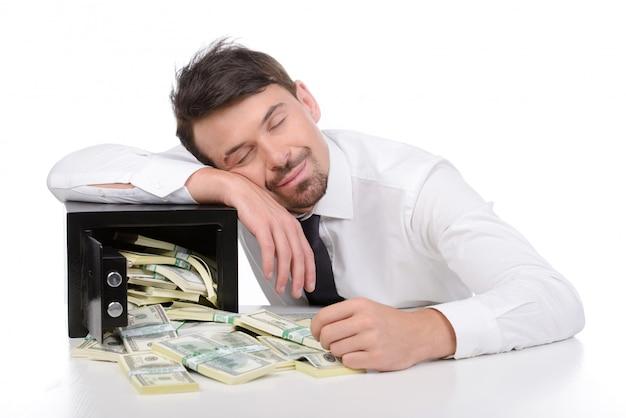 Счастливый бизнесмен в торжественная одежда, спать на столе.