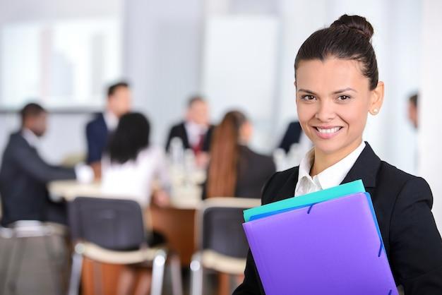 オフィスで彼女のメモ帳を持つ女性実業家。