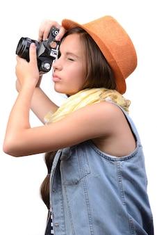 Счастливая молодая девушка фотографа усмехаясь с камерой
