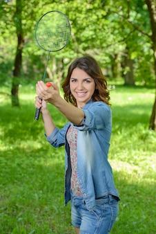 都市公園でバドミントンを演奏かなり、若い女性。