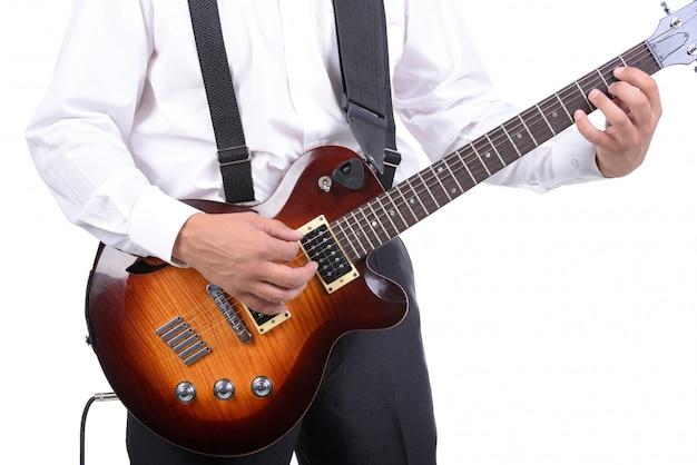 分離されたギターを弾く若い音楽家