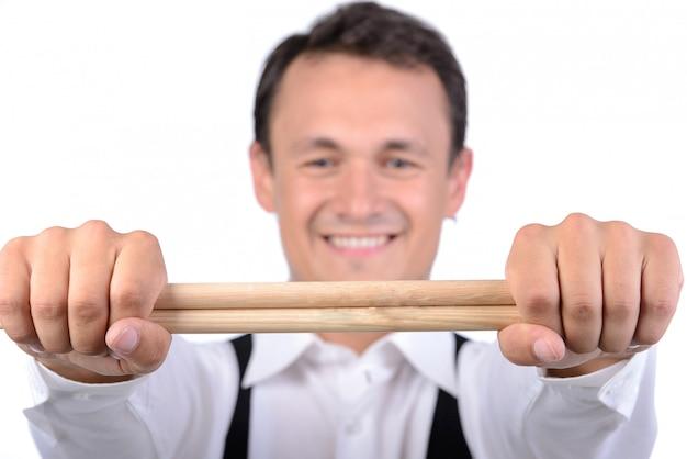 Мужской барабанщик с палочками для еды.
