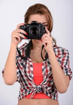 魅力的なブルネットは彼女のカメラを目指しています。