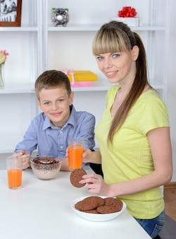母と息子は台所で朝食をとります。