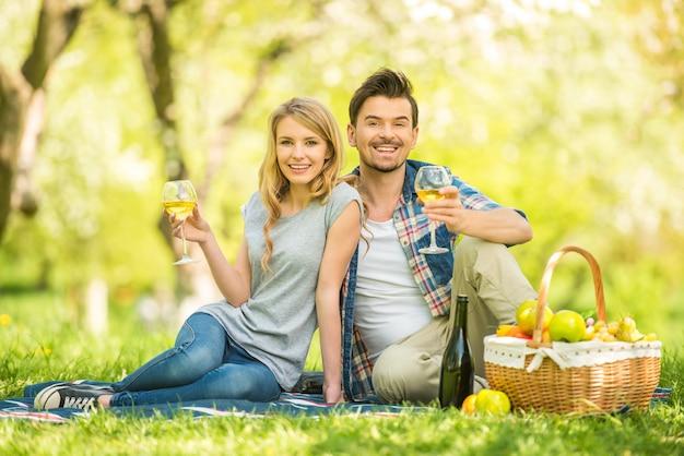 女と男は森で食べています。