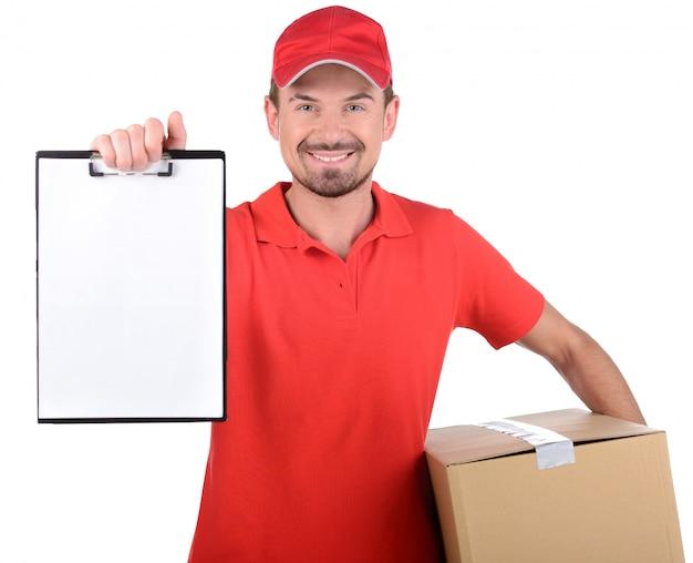 Счастливые усмехаясь работники подписывая работника доставляющего покупки на дом для поставки.