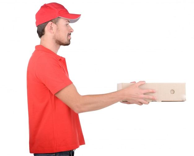 Счастливые улыбающиеся доставки человек, перевозящих коробки.
