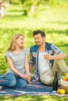 公園の美しいカップルが一緒に時間を過ごします。