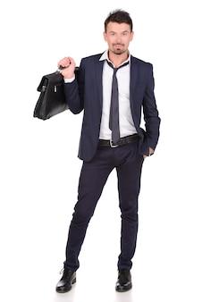 ブリーフケースを押しながら歩くビジネスマン。