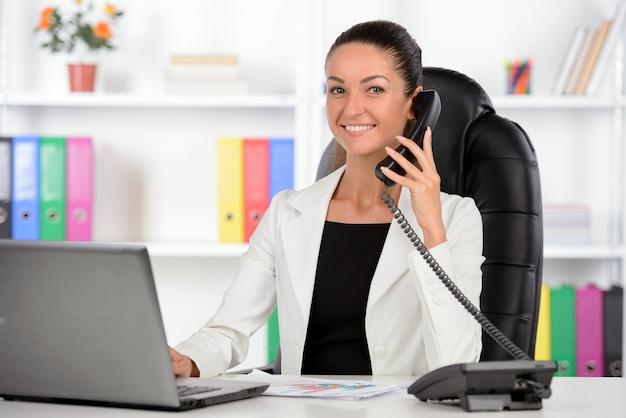 彼女の職場に座っている女性実業家。