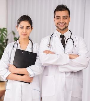 Два индийских доктора работают вместе.