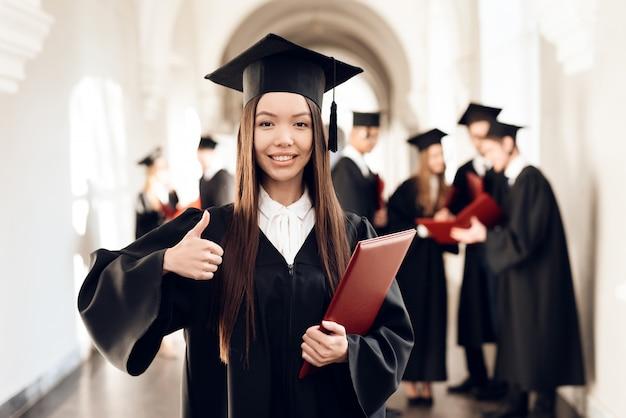 少女は大学の廊下に立っています。