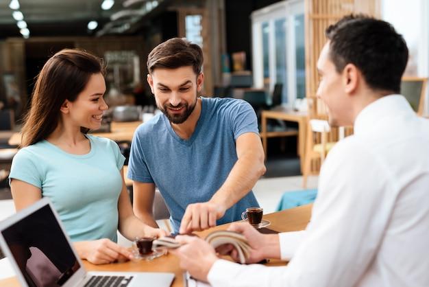 カップルは家具のための家具製造販売業の例を考慮している。