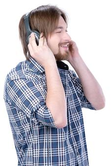 若い男が音楽を聴く