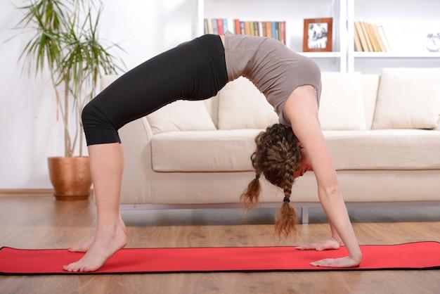 床の上の運動をしているスポーティな美人。