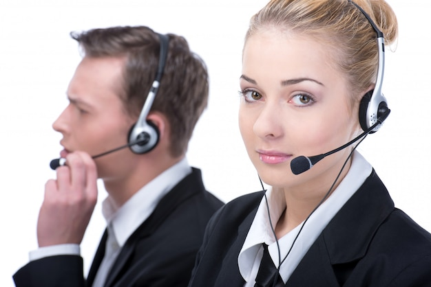 電話のヘッドセットとコールセンターの笑みを浮かべてオペレーターの女性。
