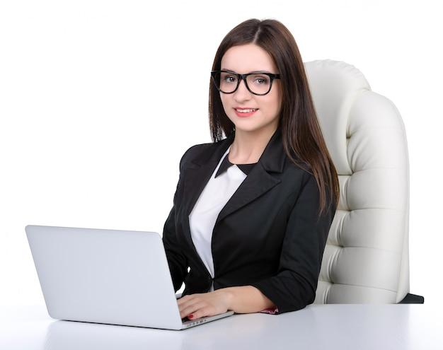 オフィスでノートを持つ若いかなりビジネス女性