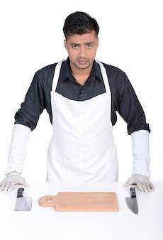 Красивый серьезный человек держит нож.
