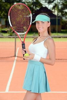 裁判所でテニスの試合中に女性のテニス選手