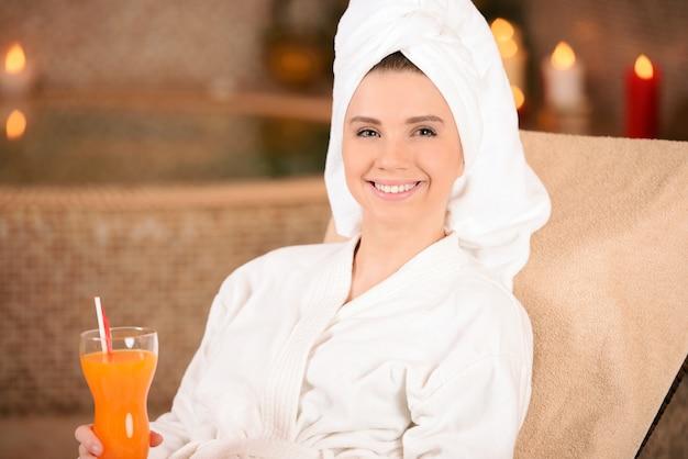 彼女の頭にタオルを持つ美しい若い女性。