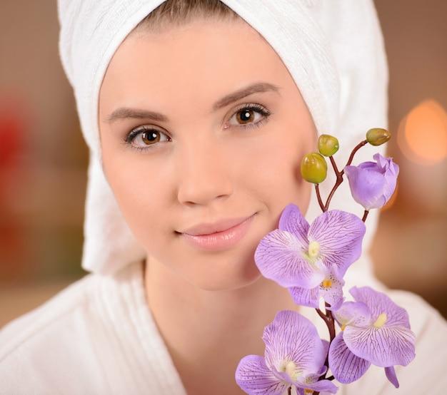 彼女の頭にタオルを持つ女性。スパサロン