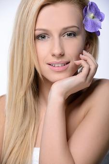 彼女の髪に笑顔の花を持つ美しい少女。