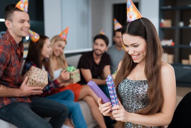 お祝いお誕生日おめでとう。みんな一緒に幸せ。