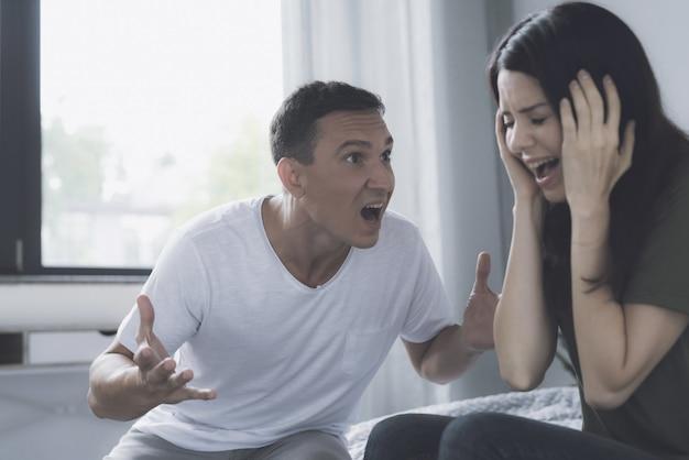 Злой муж кричит на жену во время ссоры