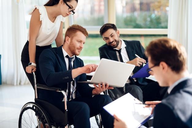明るい部屋での障害者の会議。