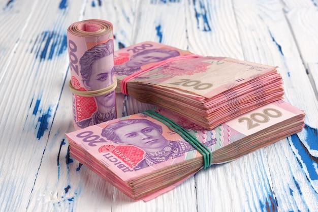 ウクライナの紙幣を束ねます。
