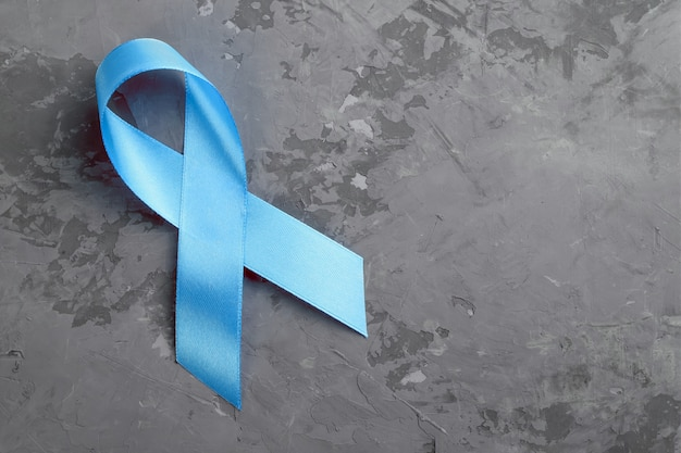 コンクリート表面、前立腺癌意識の概念に青いリボン。