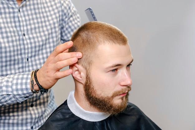 Процесс создания прически для бородатого красавца.