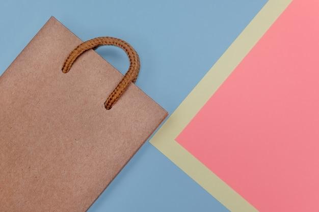 紙のテクスチャ背景にクラフト紙の買い物袋。