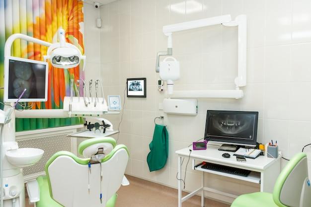 歯科医、歯科医のオフィスのための機器。新しい歯科治療ユニットと新しい近代的な歯科医院の設計。医療機器、
