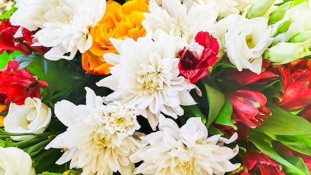 Яркий букет, снятый сверху. подарок к событию. концепция празднования. флористический фон.