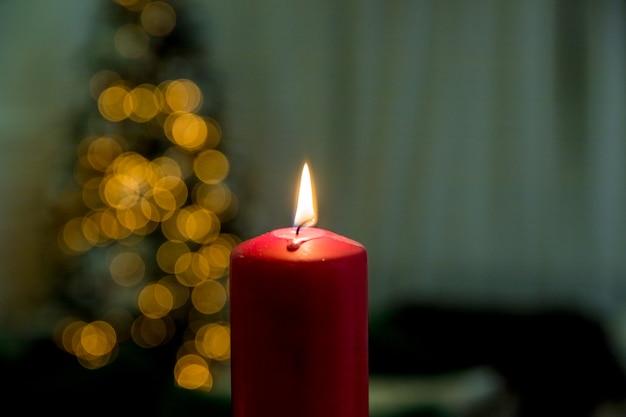 Красная свеча с расплывчатой елкой