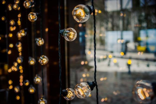 窓の装飾のようなビンテージ電球とレトロな光