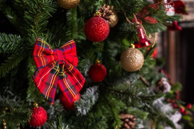 豪華な休日には、クリスマスツリー、暖炉、毛布と肘掛け椅子のある部屋が飾られています。