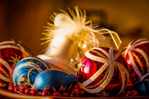 カラフルなクリスマスの飾り。クリスマスボール。