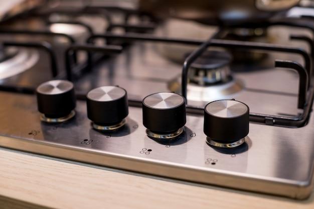 モダンなキッチンに金属ガスストーブ。