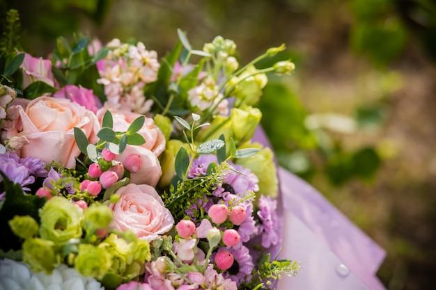 Букет с розами, лютиком, тыквенным гиперикумом, хризантемой.