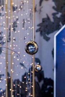 Предпосылка рождественских огней с ясным украшением безделушки. минимальная концепция праздника. темные безделушки и золотой фон гирлянды. новогодняя концепция. абстрактные золотые огни боке. новогодняя сказочная открытка
