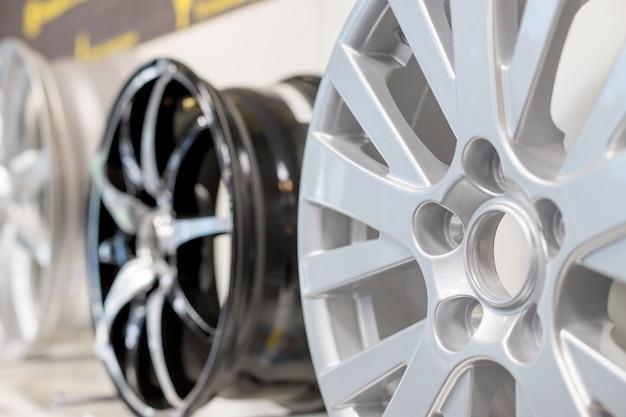 車の最大ホイール。マグネシウム合金の車輪。店のさまざまな合金の車輪。店の棚に分離された車のリム。モーターショーのプロモーションや車のワークショップのパンフレットやチラシのデザイン