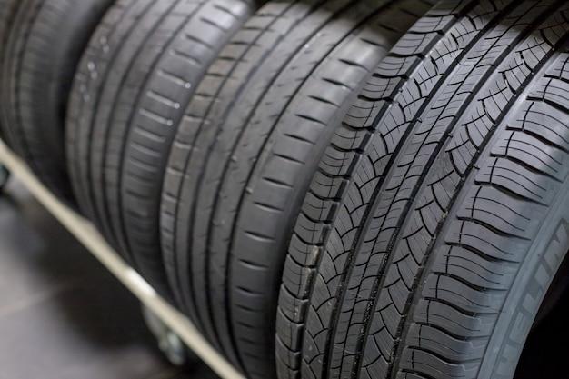 タイヤ販売中。新しいコンパクトビークルタイヤスタック。冬と夏のシーズンタイヤ。オールシーズンの車のタイヤ。車のサービス。オールシーズンカータイヤ
