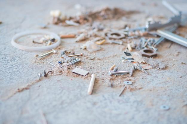 Ремонт и строительство дома. строительный инструмент, обои из различного строительного мусора, пыль, щебень, фрагменты стен зданий, металлические вставки.