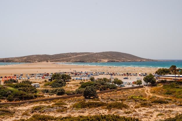 Кайтсерфинг, виндсерфинг, эгейское море. песчаный пляж в прасониси, родос. концепция путешествия