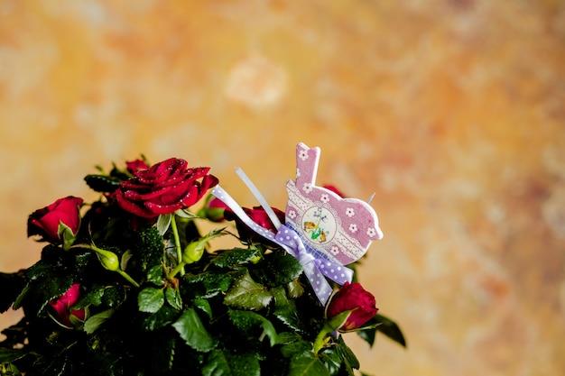 母の日グリーティングカードと赤いバラ。