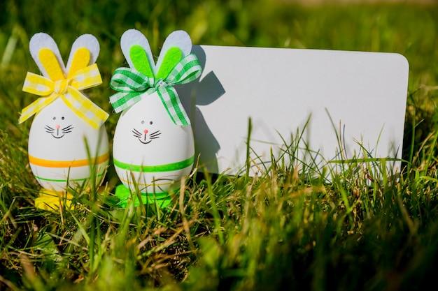 Кролик в форме пасхальных яиц на зеленой траве